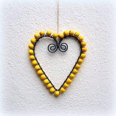 Domov plný lásky .... v žluté:) Drátované srdce z černých drátů a žlutých dřevěných korálků o velikosti cca 11 x 12,5 cm. Srdíčko je zavěšeno na režné šňůrce. Hodí se k zavěšení do oken, oživí bílé zdi, je možno jej zavěsit i volně do prostoru.... anebo Vám pomůže potěšit někoho, koho máte opravdu rádi :-) v mém zboží naleznete tato srdíčka také v ...