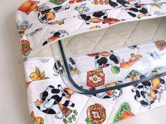 Porta travessa feito com tecido de algodão, manta acrílica e forro de algodão cru. Matelassado. Possui 2 alças. Fecha com zíper.  Medida: em média 46 X 30 cm. Cabe travessa de no máximo 37 X 21 cm.