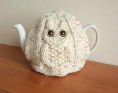 Häkeln Sie kornischer Tee gemütlich mit Blume. Dieser Tee gemütlich passt eine 4-6-Tasse (uk 2 Pint, 40fl oz) Teekanne, es ist zu Hause am Meer oder in Ihrem Hause und made in Cornwall Eine nautische häkeln Tee gemütlich in kornischer Stil mit blauen und cremefarbenen Aran Gewicht Wolle und eine Blume an der Spitze. Die Blätterteig-Stich Design macht es schön und dick und es hält die Luft in den Tee schön und warm zu halten. Das letzte Bild zeigt die Masche. Inspiriert durch das Meer und…