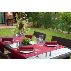Mesa de #jardín decorada con elegantes manteles y #servilletas burdeos.   http://www.hostelarium.es/producto/servilleta-gofrada-burdeos