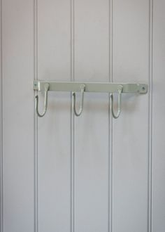 With slight dimensions of H10 x L28.5 x D8.5cm there's not a space toosmall for our charmingly vintage metal hook rail, providing convenientstorage with 3 large hanging hooks, offering ample of room for the wholefamily.