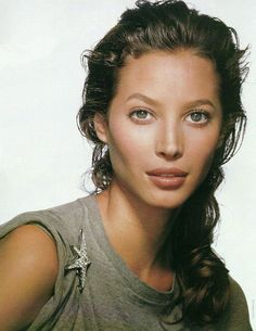 """Supermodel Christy Turlington was often nicknamed """"The Face"""" for her beautiful features and symmetrical face. Her face is even the model… Christy Turlington, 90s Models, Fashion Models, High Fashion, 1990 Style, Beautiful People, Beautiful Women, Original Supermodels, Linda Evangelista"""
