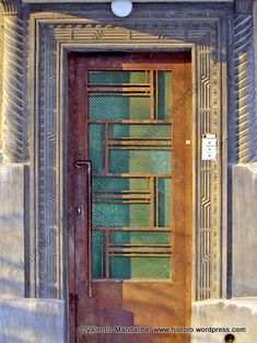 Art Deco style doorway dating from the mid-1930s, Icoanei area, Bucharest. The design contains two main motifs: sunbursts and ocean waves. (©Valentin Mandache)