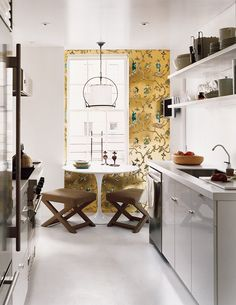 Small kitchen ideas to maximize your space. Saarinen Tisch, Mesa Saarinen, Saarinen Table, Kitchen Wallpaper, Of Wallpaper, Accent Wallpaper, Metallic Wallpaper, Unusual Wallpaper, Feature Wallpaper