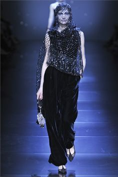 #moda Photos and comments about the collection, the outfits and accessories by Giorgio Armani Prive Haute Couture presented for Fall-Winter 2012-13