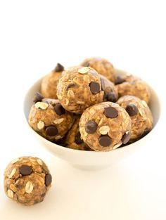 Quick and Healthy 5 Ingredient Peanut Butter Energy Bites. Takes less than 10 mi… Fast and Healthy 5 Ingredients Peanut Butter Energy Bites. The preparation with only 5 ingredients takes less than 10 minutes! Loaded with peanut butter and flaxseed. Peanut Butter Energy Bites, Peanut Butter Power Balls, Breakfast Recipes, Dessert Recipes, Breakfast Ideas, Snacks Saludables, Tasty, Yummy Food, Protein Snacks