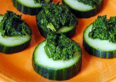 Il pesto di ortiche costituisce un condimento speciale ottimo per accompagnare le verdure crude, come le zucchine, ecco i veloci step da seguire.