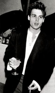 A young Johnny Depp. Johnny Depp 1990, Johnny Depp Joven, Young Johnny Depp, Johnny Depp Smoking, Boogie Woogie, Black And White Pictures, Tim Burton, Beautiful Boys, Actor