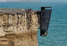 17-Oct-2014 13:56 - 'KLIFHANGER' OM IN TE WONEN. Deze woning hangt over de rand van een klif, met een duizelingwekkende leegte tussen je huis en de zee daaronder.Dit is geen huis voor mensen met hoogtevrees. Cliff house hangt over de rand van een 35 meter hoge klif, met daaronder de onstuimige Indische oceaan.Wie ook letterlijk van 'living on the edge' houdt, rijdt zijn auto rechtdoor het dak van het huis op. Direct daaronder is de keuken met eet- en woonkamer. De volgende 2...