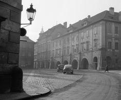 Valdštejnské náměstí (742-2) • Praha, 1959 • | černobílá fotografie, parkující auta, lucerna na rohu, podloubí |•|black and white photograph, Prague|