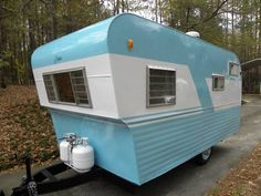 I like this paint job. Great way to accentuate the shape of this trailer. Retro Caravan, Vintage Campers Trailers, Vintage Caravans, Camper Trailers, Camper Caravan, Retro Camping, Travel Trailer Camping, Camping Hacks, Small Campers