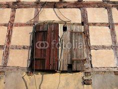 Fensterläden aus Holz einer Scheune im Hofgut Richerode bei Jesberg im Schwalm-Eder-Kreis im Norden von Hessen