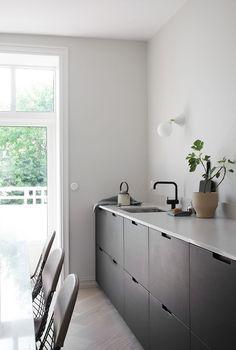 Kitchen Interior Remodeling Kitchen With Black Cabinets Best Kitchen Design, Interior Design Kitchen, Black Kitchen Cabinets, Black Kitchens, Wall Cabinets, Kitchen Black, Minimal Kitchen, New Kitchen, Urban Kitchen