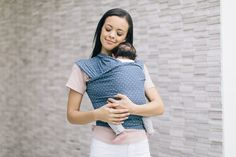 The Ergobaby Aura Lightweight Wrap Baby Carrier - Coral dots is a lightweight and breathable wrap which is easy and ideal for beginners. Best Baby Carrier, Baby Wrap Carrier, Baby Boomer, Skin To Skin, Future Maman, Baby Center, Baby Wraps, Baby Skin, Mother And Baby
