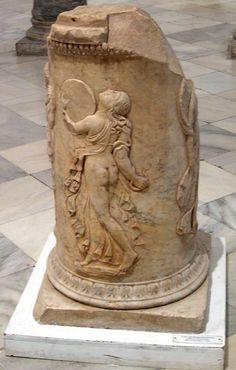 Ménade tocando un pandero en los restos de un altar romano de la época de Augusto. Esta preciosa pieza apareció en Sevilla, durante unas excavaciones en el Teatro Romano.  Maenad playing a tambourine in a Roman altar from times of Augustus (Seville, Spain).