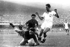Antoni Ramallets hace una parada ante Brasil en Maracaná 1950. España perdió por 6- 1.