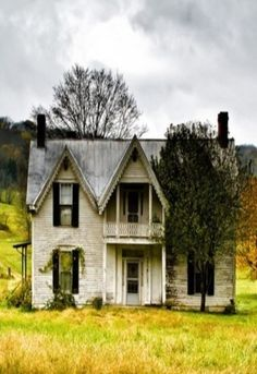Old Farm House.my dream home! Abandoned Buildings, Abandoned Farm Houses, Old Farm Houses, Abandoned Mansions, Old Buildings, Abandoned Places, Old Barns, Haunted Places, My Dream Home