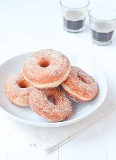 I think you can make every child (or adult) happy with Donuts. Fortunately my mother took a nice one now and then chocolat. Baked Donuts, Cinnamon Donuts, Homemade Donuts, No Bake Desserts, Cake Cookies, My Favorite Food, Food Inspiration, Love Food, Recipes