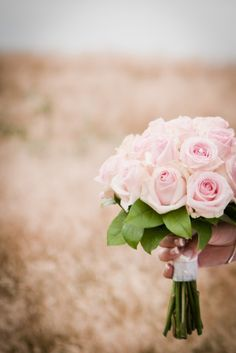 Rosa brudbukett / Pink wedding bouquet / by http://dittbrollop.se / Photo: www.hidvi.com