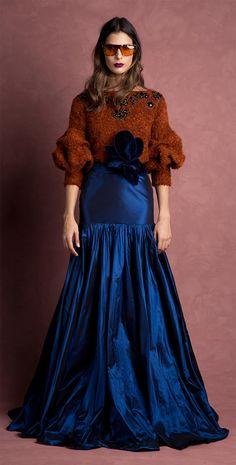 jersey-teja-con-pedreria-y-falda-azul-larga-invitada-perfecta-de-invierno-otono-johanna-ortiz