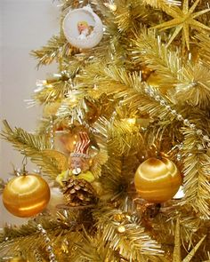 Treetopia Toasted Chamapgne gold Christmas tree - Make your home the toast of the town with the shining splendor of our Toasted Champagne Gold Tinsel Tree. Champagne Christmas Tree, Gold Christmas Tree, Colorful Christmas Tree, Merry Christmas And Happy New Year, Christmas Bulbs, Tinsel Tree, Tree Shop, Gold Tips, Champagne Color
