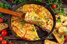 Préparation : 1. Préchauffez le four à 200°C. Beurrez et farinez un moule à tarte. Lavez et séchez les tomates. Coupez-les en deux, ôtez la pulpe et émincez-les. 2. Dans un saladier, fouettez les o…