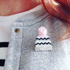 Ici on a bien besoin d'un bonnet ❄️☔️!!! Petit clin d'œil à la jolie broche de @lindiscrete et son petit pompon ( pour laquelle je risque de craquer ) !!! #rosemoustache #motifrosemoustache #perles #perlesaddictanonymes #perlesaddict #bonnet #tissage #tissageperles #miyuki #winteriscoming #jesuisunesquaw #jenfiledesperlesetjassume #mondiyamoi #teddy #despetitshauts
