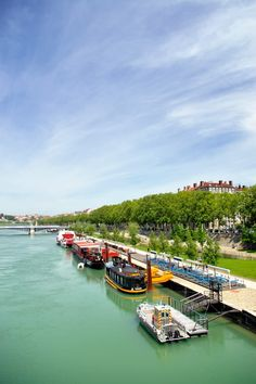 Le long du Rhône à Lyon http://www.tourisme.fr/684/office-de-tourisme-lyon.htm