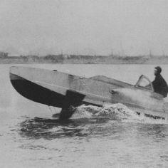 W którym kraju podczas II wojny światowej produkowano jako broń szybkie łodzie motorowe wypełnione materiałami wybuchowymi? W Japonii.  Zostały one opracowane pod koniec wojny z myślą o odparciu oczekiwanej inwazji na Wyspy Japońskie. Około 6,200 Shinyo zostało rozlokowanych wzdłuż japońskiego wybrzeża, jednak nigdy nie zostały użyte.