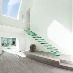 """""""The Glass House"""" est un projet de rénovation et d'extension réalisé par les architectes d'AR Design Studio. A Winchester en Angleterre, cette maison à l'abandon a subit une transformation fondamentale pour se muer en un espace lumineux et minimaliste."""