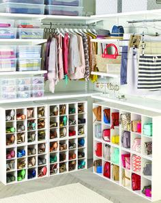 Изумительная идея размещения в гардеробной девушки большого количества обуви и сумочек