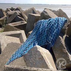 tuch ocean blue Häkelanleitung - <b>Tuch OCEAN BLUE </b>von Jellina Verhoeff Crochet Shawl Free, Crochet Shawls And Wraps, Crochet Scarves, Crochet Clothes, Crochet Triangle, Triangle Scarf, Shawl Patterns, Crochet Patterns, Scarf Tutorial