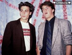 boys Matthew Perry and Johnny Depp. Can this picture BE any sexier Tv: Friends, Friends Cast, Friends Moments, Friends Tv Show, Chandler Friends, Johnny Depp Joven, Johny Depp, Chandler Bing, Phoebe Buffay