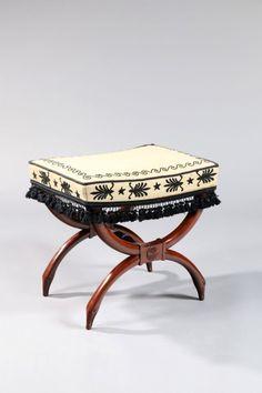 Georges Jacob (1739-1814), vers 1800, suite de quatre tabourets de forme curule en acajou et placage d'acajou, le piétement se terminant par des têtes d'oie. Estimation : 20 000/25 000 €. Lundi 17 novembre, salle 1, Drouot-Richelieu. Rieunier & Associés SVV. M. J. Rieunier.