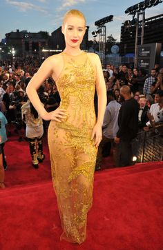 2013 MTV Video Music Awards Red Carpet - Iggy Azalea in Emilio Pucci. She look a little like an Oscar statue, no?