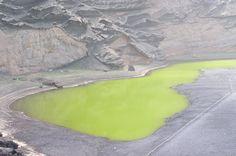 Lac d'El Golfo (Espagne). Lanzarote est une île volcanique appartenant à l'archipel des Canaries. Ce lac salé au cœur d'un cratère de l'île doit sa couleur verte aux algues qui le composent.