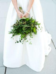 green bouquet Wedding Guest Style, Wedding Guest Book, Chic Wedding, Dream Wedding, Wedding Bouquets, Wedding Flowers, Bouquet Images, Wedding Invitation Video, Rooftop Wedding