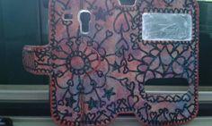 Cover fatta da me. Colorata con vernice bianca e sempre con del vernice ho fatto delle sfumature. Poi ho disegnato sopra un mandala con il pennarello nero indelebile, dei brillantini di vari colori e infine ho passato la vernice trasparente protettiva.