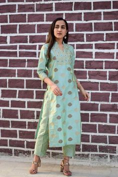It's impossible not to smile when you see yourself in this beautiful handwoven silk brocade kurta set! The delightfully new color tone lighthearted alongside. Go ahead - give it a twirl! Salwar Designs, Silk Kurti Designs, Kurta Designs Women, Kurti Designs Party Wear, Brocade Blouse Designs, Kurta Patterns, Dress Patterns, Indian Designer Outfits, Indian Outfits