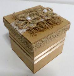 Caixa mdf rústica decorada com juta, renda, cetim, detalhe de flor em juta e pérolas.