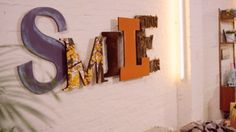 Grote vintage letters, gered van de sloop, zijn gegeerde collector's items geworden. Door ze zelf te maken bespaar je een heleboel geld!