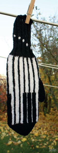 'Piano' mitten. Design by Pirjo Lehtiniemi. Instructions for patters in Finnish can be purchased at Cafe Lentävä Lapanen (www.lentavalapanen.fi), Järvenpää, Finland