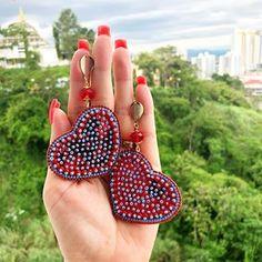 Hermosos aretes de corazón disponible #enfemeninoaccesoriospty #tulopidesnosotroslocreamos #hechoenpanama #aotd Earrings Handmade, Handmade Jewelry, How To Make Earrings, Jewelry Design, Jewelry Ideas, Beautiful Hands, Statement Earrings, Crochet Earrings, Coin Purse