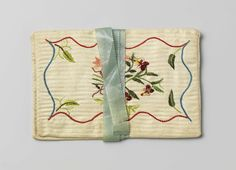 1799, Brieventas in een plat, rechthoekig model, van witte katoen met ingeweven strepen, versierd met veelkleurig floraal zijden borduurwerk
