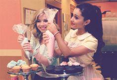 Ariana Grande and Jennette McCurdy~Cupcakes! Pretty Little Liars, Sam E Cat, Bae, Fashion Idol, Star Wars, Jennette Mccurdy, Icarly, Cat Valentine, Doja Cat
