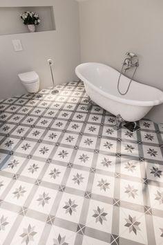 Bilderesultat for flis på bad med tre look Cool Rooms, Clawfoot Bathtub, Rustic Interiors, Corner Bathtub, Bath Mat, Sweet Home, Tiles, Flooring, Interior Design
