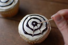 It's time to start thinking about Halloween treats! These spider web cupcakes are simple with our Organic Cake Mixes! Cake for twins boy and girl Halloween Desserts, Postres Halloween, Recetas Halloween, Halloween Cupcakes Easy, Halloween Goodies, Halloween Food For Party, Halloween Birthday, Holiday Desserts, Spooky Halloween