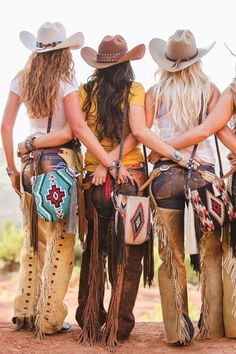 Looking for a unique new bag? Espuela Design Co. makes stunning saddle bags with beautiful designs and luscious leather fringe! They come in all shapes, sizes, and colors! Go check them out now! Sexy Cowgirl, Cowgirl Mode, Cowgirl Chic, Cowboy And Cowgirl, Cowgirl Style, Western Style, Cowgirl Outfits For Women, Western Wear For Women, Western Outfits