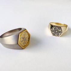 XL Hex in 24 karat and grey gold with an yellow gold signet enameled navy. School Rings, Grey And Gold, Rings For Men, Enamel, Navy, Yellow, Rose, Jewelry, Hale Navy