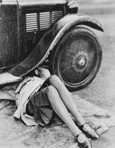 "Flappers were a ""new breed"" of young Western women in the who wore short skirts, bobbed their hair, flaunted their disdain - Woman Hair Style Funny Vintage Photos, Images Vintage, Photo Vintage, Vintage Humor, Vintage Photographs, Vintage Photos Women, Old Pictures, Old Photos, 1920s Photos"